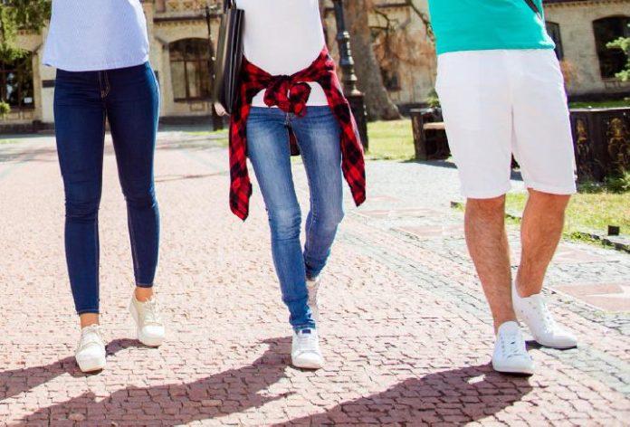 Untuk Pria, Tips Ini Padu Padan Busana Dengan Sepatu Putih